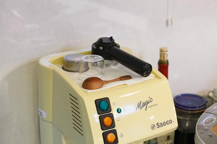 お料理好きなことが伝わってくるキッチンには、長年愛用しているエスプレッソマシンも並ぶ。