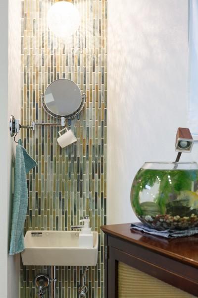 夫妻のお気に入りの手洗いコーナー。「名古屋モザイクのショールームに行って、タイルを選びました」(佳代子さん)。