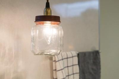 キッチンカウンターの照明は、コンランショップで買ったもの。