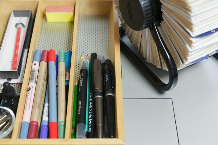 仕事部屋のデスクの上の文房具。