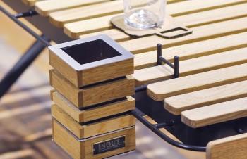 「タートルテーブル」にはハンギング型アシュトレイが下げられる