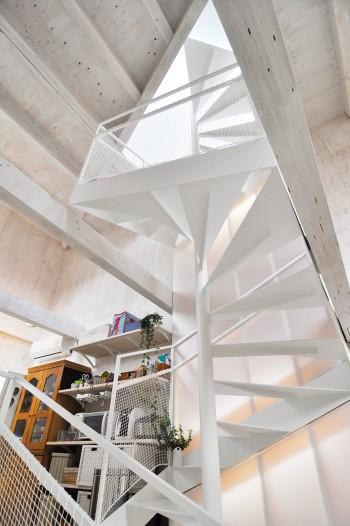 螺旋階段は屋上まで続く。