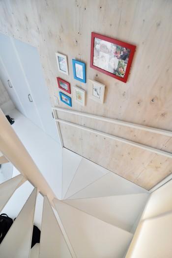 寝室と収納の戸にも風道と同じポリプロピレンのハニカム材が使われている。
