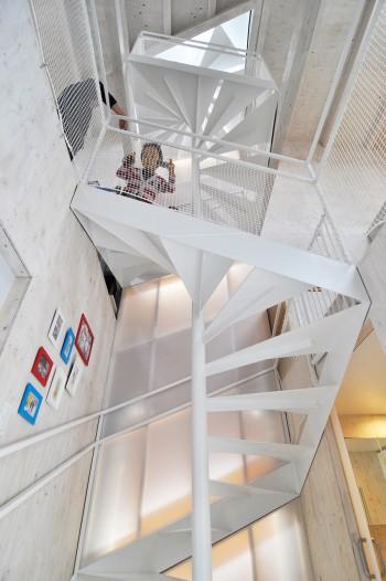 1階から階段室を見上げる。