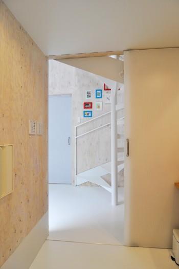 浴室から見る。1階は玄関を大きく開けたため日中はとても明く電気をつける必要がないという。
