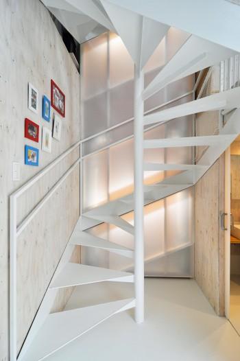 1階。奥が風道で、照明のほかに配管なども仕込まれている。右が浴室。