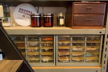 医療用の器具や、飾り気のない事務用品を、小物の収納に使っている。