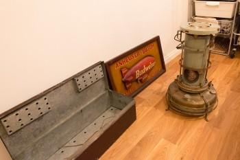 古道具屋で買った石油ストーブは、今年の冬から使う予定とか。手前の乾燥剤を入れていたと思われる場所のある箱も古道具屋で。