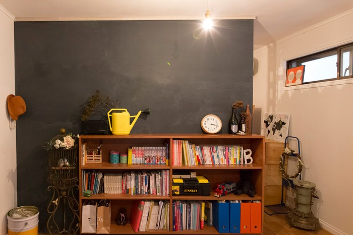 ニュアンスのあるムラが素敵な壁。「部屋を壁で仕切って、裏側はウォーキングクローゼットにしました」