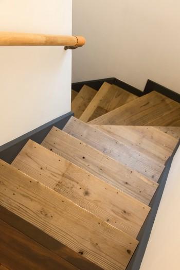 「階段の踏み板には古材を張ってもらいました。ビスで無造作に打ち付けてある感じも気に入っています」