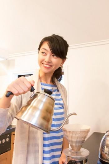 野村佑香さん。「キッチンは、私がやりたいように作った場所です。使い勝手がよく、かつ自分らしく作ることができました」
