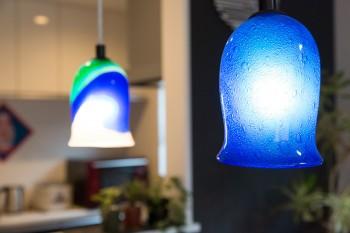 鮮やかなブルーが空間に映える、沖縄の琉球ガラスを使った照明。2点の色柄を揃えていないのがポイント。