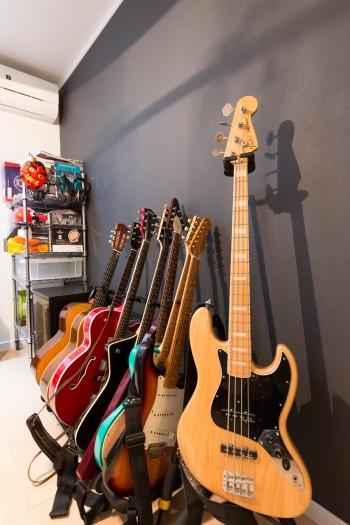 夫はバンドを組みライブなどで活動。ギターも多数揃える。