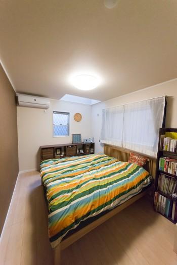 ベッドルームは茶色の壁紙をセレクト。落ち着いた雰囲気にまとめている。