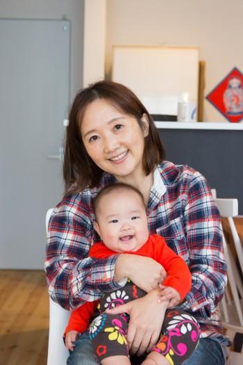 久美子さんと有以ちゃん。「子育てしやすい環境に恵まれて幸運でした」