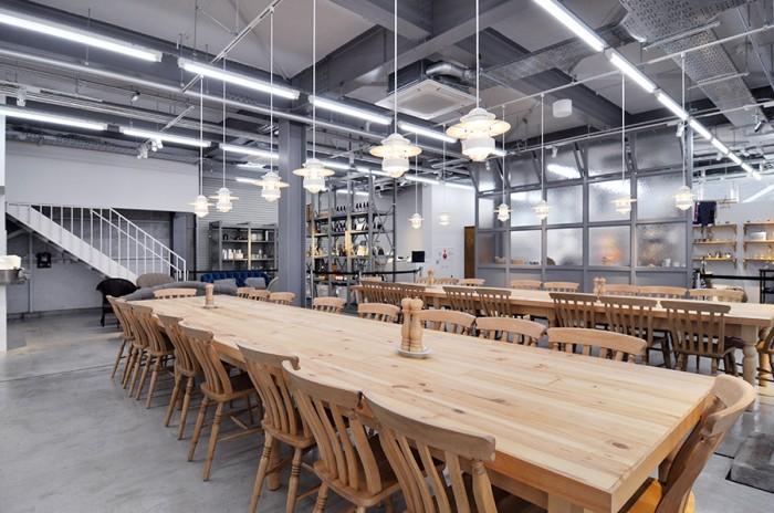 大人数も対応できる大テーブルは、打ち合わせで使用する人も多いそう。
