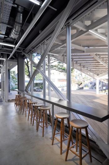 窓側席からは神楽坂駅が見える。待ち合わせにも便利。