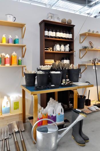 ブラシや洗剤などお手入れアイテムも豊富。