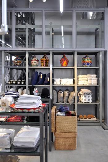 モロッコ製のカゴや、ラグ、クッションなどファブリックものも多く並ぶ。