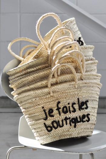 フランス語で「お買い物中」とかかれた店内用カゴは、今後販売を予定。