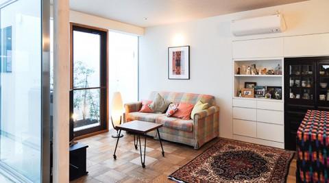 落ち着きのある家色と素材のコンビネーション、そして開放感が心地よさのもと