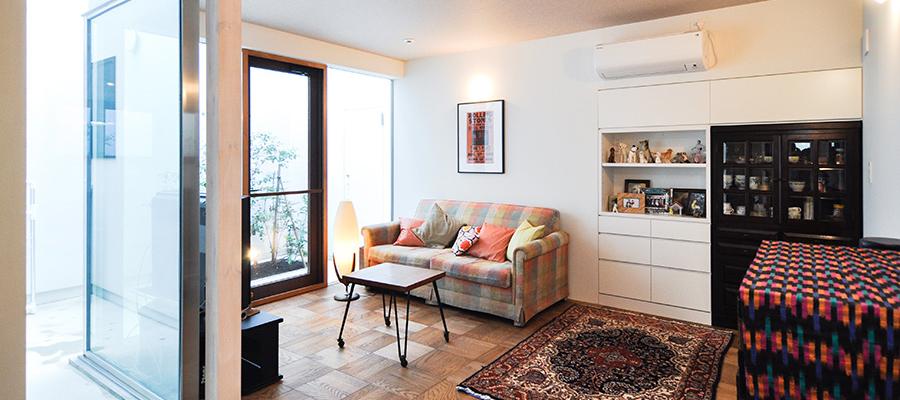 住み続けてきたかのような落ち着きのある家  色と素材のコンビネーション、 そして開放感が心地よさのもと
