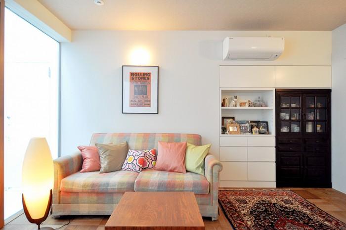 右の食器棚は結婚時から使っているもの。これに合わせて左の収納を製作した。天井は少し質感のあるベージュのクロス貼り。