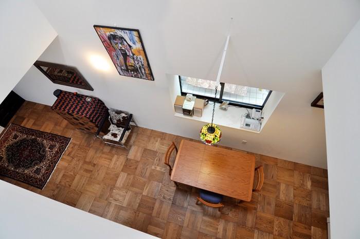 フランソワ=マリー・バニエ作のミック・ジャガーのポスターのかかる吹き抜け部分。ポスターは前の家の玄関に飾っていたものという。照明は以前からもっていたものを壁から吊りだすようなかたちにして使用している。