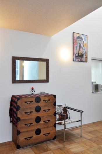 奥さんの祖母が使っていたという箪笥とジャワ製の鏡とがモダンな空間によく合う。