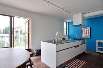 3階の息子さん夫婦の空間。白い空間に鮮やかな青の壁面が映える。