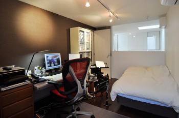 2階の奥山さんの部屋は防音仕様。夜中でも気兼ねなく音を出せるのがいいという。床に立てられているのは愛用のクラリネット。