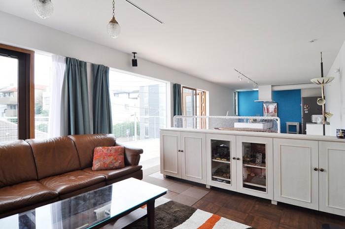 リゾートのような開放感のある空間にポップな色合いがフィットしている。