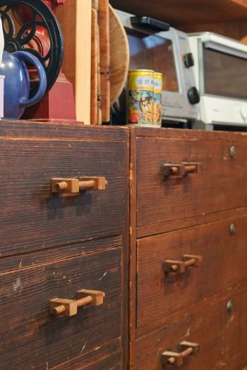 古い桐箪笥をリメイクして、ダイニングで食器棚として使っている。「把手を替えると、イメージが一新されるんです」。