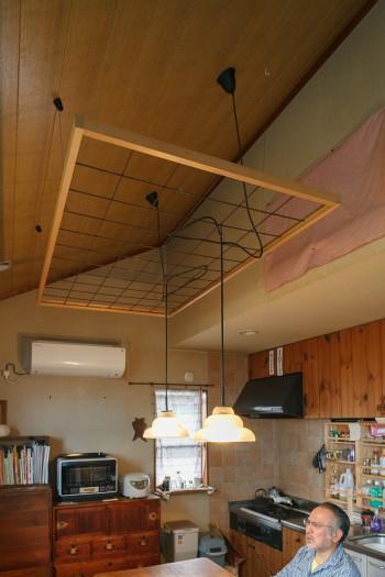 家具類はほぼすべて自身の作品というリビングダイニング。照明はスチールと木でつくった枠に絡ませることで、位置や高さを自在に変えられるように工夫している。