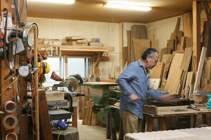 広い工房には、様々な木材や道具、機械が並ぶ。
