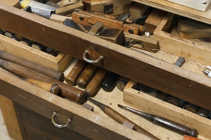 柴原さんの道具の一部。やはり桐の箪笥に収納している。