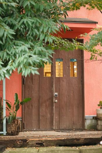 ギャラリーのエントランス。扉は柴原さんがつくったもの。外壁のオレンジはアリゾナの夕陽を浴びた土の色をイメージしたそう。