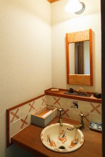 ギャラリーのトイレ。メキシコのタイルや洗面ボウルを取り寄せて設置。鏡は柴原さんの作品。