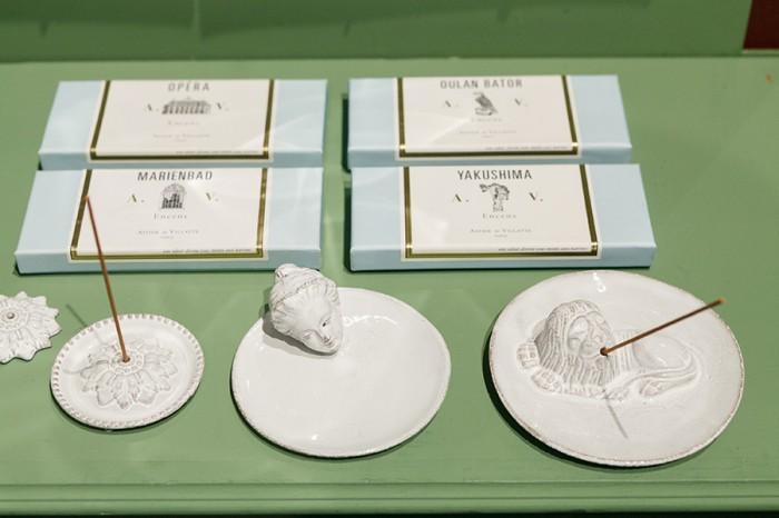 ガラス容器入りキャンドル ¥8,500 ガラスのキャンドルカバー ¥9,000 陶器の容器入りキャンドル ¥15,000 陶器の蓋カバー ¥9,000 以上アスティエ・ド・ヴィラット/H.P.DECO