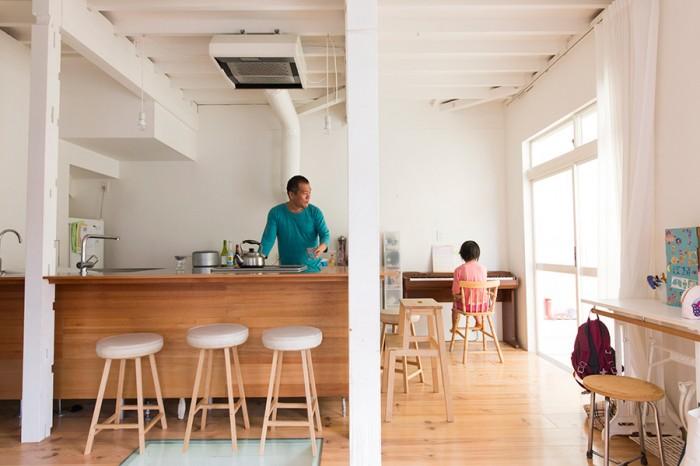 構造調査をして必要な柱などを残しリノベーション。床は無垢のパイン材を敷き、壁や天井は白いペンキを4回ほど塗り重ねた。