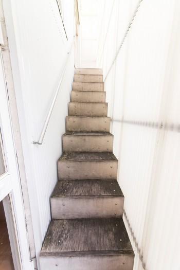 2階にあがる、フィンランドバーチを使った外階段。自然による風化を感じさせる。