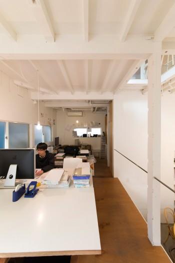 事務所ではスタッフが仕事中。机なども河内さんが手作りした。