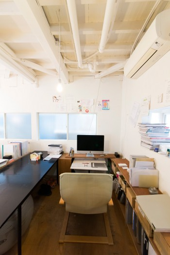 河内さんの仕事スペース。低い位置で仕事ができるよう、工夫されている。