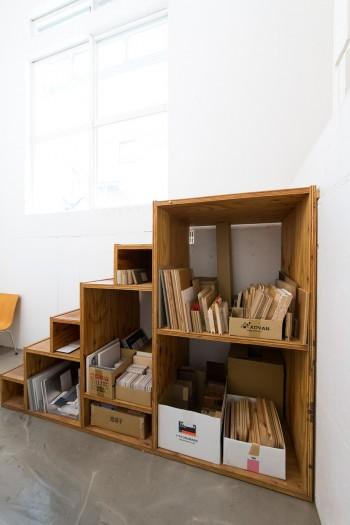 半地下に降りる階段も河内さんの手作り。下は本棚にしてサンプルケースとして活用。