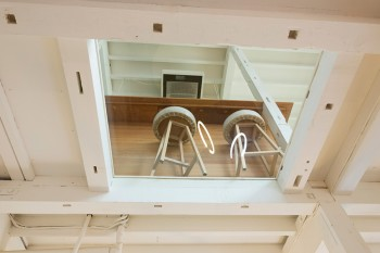 ガラス窓から2階のリビングダイニングを望む。遊び心が楽しい。