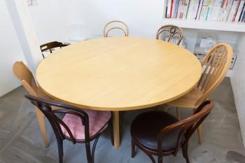 合板に足をつけて作った丸テーブル。イスはあえて違う形を揃えることで、変化をつけている。