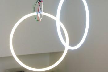 大空間に合うものを考えた結果、照明は蛍光灯をばらしケーブルの皮をむいて吊るした。「シャンデリアは似合わないなと思って」