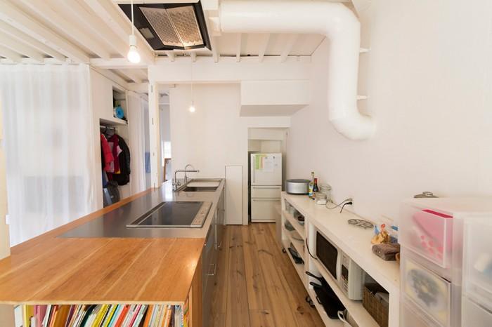 むき出しの天井や配管がロフトっぽい雰囲気。キッチンカウンターで食事をとる。
