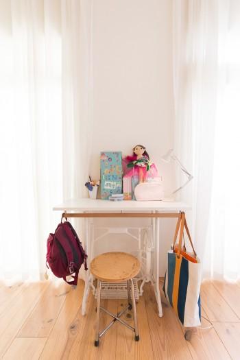 妻が購入してきた古いミシン台の脚に、天板を取り付けた机。詩ちゃんが使用。