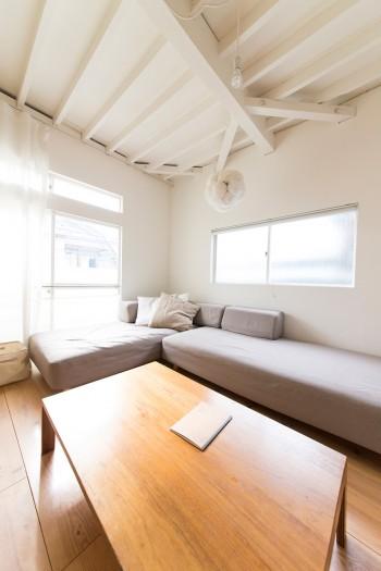 ゴロゴロと寝そべることができる大きなソファーは無印良品。内装はニュートラルな白で統一。